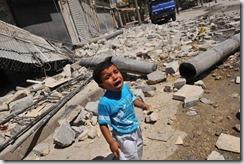 385097_un-enfant-en-pleurs-au-milieu-des-ruines-le-19-aout-a-alep-en-syrie